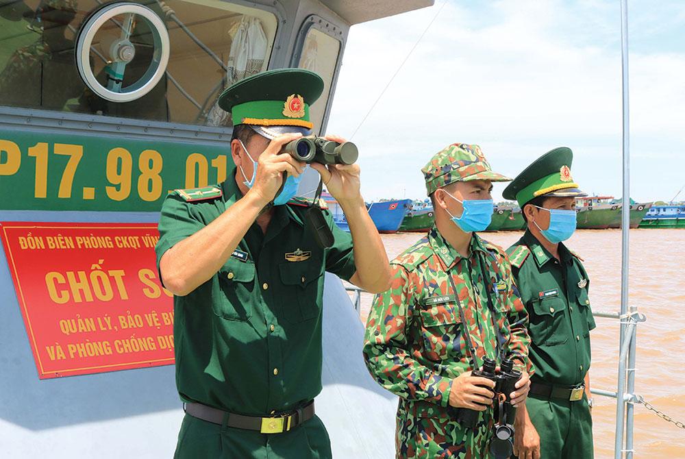 Cán bộ, chiến sĩ chốt quản lý, bảo vệ biên giới và phòng chống dịch COVID-19 làm nhiệm vụ trên sông Tiền