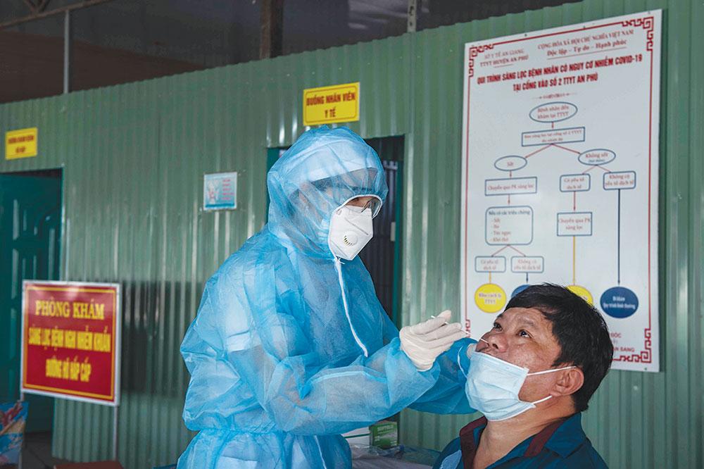Cán bộ y tế thực hiện test nhanh kháng nguyên SARS-CoV-2 cho một người dân sinh sống ở khu vực biên giới