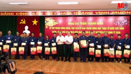 Chủ tịch UBTƯ MTTQ Việt Nam Trần Thanh Mẫn trao quà công nhân lao động tỉnh An Giang
