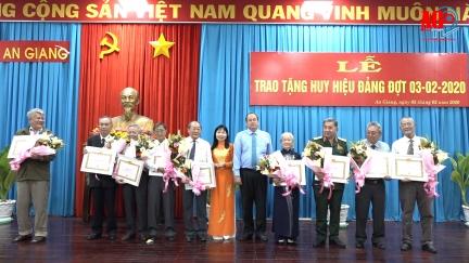 Ban Thường vụ Tỉnh ủy An Giang trao tặng Huy hiệu Đảng cho các đồng chí cao niên tuổi Đảng đợt 3-2
