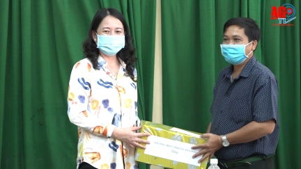 Bí thư Tỉnh ủy An Giang Võ Thị Ánh Xuân thăm các điểm cách ly tập trung và trao quà hộ có hoàn cảnh khó khăn