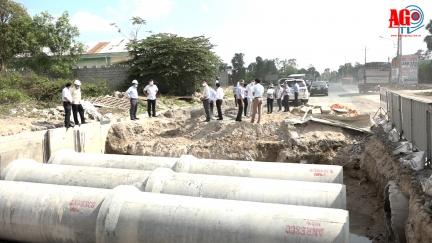 Phó Chủ tịch UBND tỉnh Lê Văn Nưng kiểm tra các công trình giao thông trọng điểm