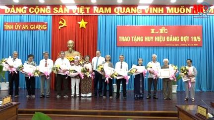Trao Huy hiệu Đảng đợt kỷ niệm 19-5