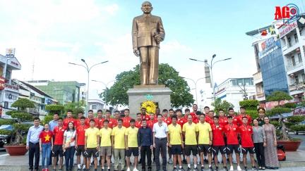 Quế Ngọc Hải, Tiến Dũng, Trọng Hoàng cùng các đồng đội viếng tượng đài Bác Tôn