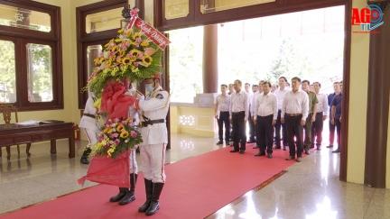 Phó Thủ tướng Chính phủ Trịnh Đình Dũng viếng, dâng hoa, dâng hương Đền thờ Chủ tịch Tôn Đức Thắng