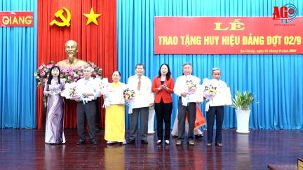 Ban Thường vụ Tỉnh ủy trao huy hiệu Đảng cho 20 đảng viên cao niên tuổi Đảng
