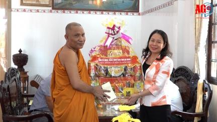 Bí thư Tỉnh ủy Võ Thị Ánh Xuân thăm, tặng quà các chùa Khmer nhân dịp lễ Sene Dolta