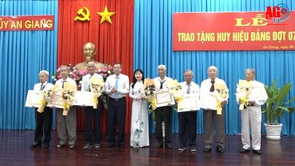 Ban Thường vụ Tỉnh ủy An Giang  trao huy hiệu Đảng nhân Kỷ niệm 103 năm Cách mạng Tháng 10 Nga