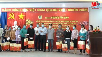 Đồng chí Nguyễn Văn Giàu trao 100 phần quà cho người lao động có hoàn cảnh khó khăn