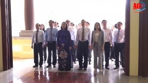 Phó Chủ tịch nước Võ Thị Ánh Xuân dâng hương Chủ tịch Tôn Đức Thắng
