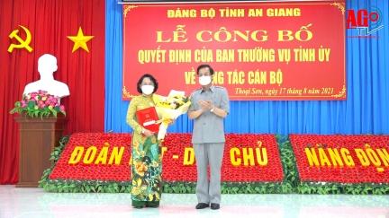 Trao quyết định chuẩn y đồng chí Nguyễn Thị Minh Kiều, Phó Bí thư Huyện ủy, Chủ tịch UBND huyện giữ chức vụ Bí thư Huyện ủy Thoại Sơn