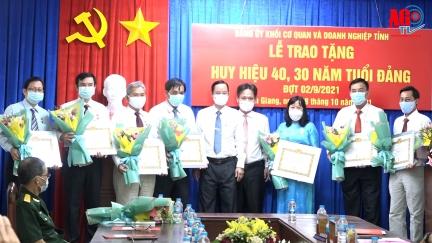Đảng ủy Khối Cơ quan và Doanh nghiệp An Giang trao huy hiệu Đảng đợt 2-9