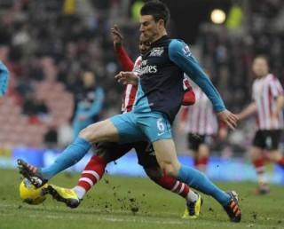 """Sunderland 1-2 Arsenal: Món quà ngọt ngào của """"King"""" Henry"""