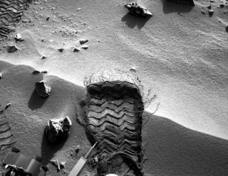 """Ảnh chụp """"dấu chân"""" đầu tiên trên sao Hỏa"""