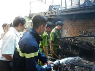 Thắp hương trước khi đi làm, nhà cháy rụi
