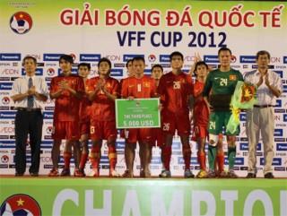 """<font size=""""2"""">Sau những trận đấu giao hữu không tồi, cộng thêm  vị trí thứ 2 ở VFF Cup, ĐT Việt Nam thăng tiến 2 bậc để leo lên đứng đầu  Đông Nam Á. Đây là thông tin... vui với thày trò HLV Phan Thanh Hùng  trước thềm AFF Suzuki Cup 2012 khởi tranh.</font>"""