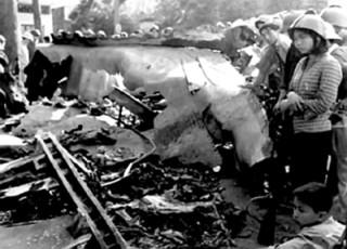 """<font size=""""2"""">Thượng úy phi công Vũ Xuân Thiều báo cáo: """"Bắn B52  địch không rơi tại chỗ, tôi xin lao thẳng vào nó"""". Ngày 28/12/1972, anh  đã lao thẳng chiếc Mig của mình vào B52 địch. Hoa Kỳ công nhận đây là  chiếc máy bay cuối cùng bị không quân Bắc Việt bắn hạ tại chỗ.</font>"""