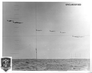 """<font size=""""2"""">  Mùa hè năm 1972, tàu ngầm Guardfish (SSN-612) đang triển khai ở biển  Nhật Bản khi mà các sự kiện trên thế giới đã đẩy vị thuyền trưởng, trung  tá hải quân David C.Minton III và thủy thủ đoàn của ông tham gia vào  một cuộc phiêu lưu để đời.</font>"""
