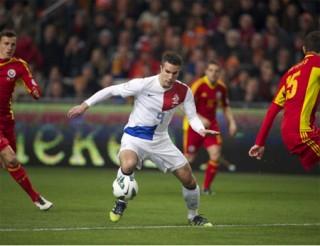 """<font size=""""2"""">Van Persie lập một cú đúp để giúp Hà Lan có được  chiến thắng 4-0 hoành tráng trước Romania. Chiến thắng này giúp thày trò  Hiddink vững chắc ở ngôi đầu với 18 điểm, còn Van Persie thì trở vượt  qua số bàn thắng của huyền thoại Johan Cruyff</font><font size=""""2""""> <br></font>"""