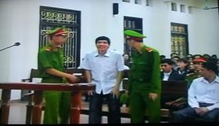 """<font size=""""2"""">Đúng 8h sáng 8/4, các bị cáo đã vào tòa ngồi yên vị.  Đến 8h5, bị cáo Nguyễn Văn Khanh được dẫn giải ra trước, tiếp bước theo  sau là bị hại Đoàn Văn Vươn.</font>"""