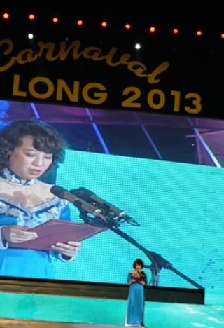 """<font size=""""2"""">Tối 27/4, Lễ hội Carnaval Hạ Long 2013 đã diễn ra  trong không khí nô nức, tưng bừng. Carnaval Hạ Long 2013 ấn tượng với  hàng vạn du khách trong sự lung linh, rực rỡ của một lễ hội đa sắc màu  văn hóa của vùng đất Quảng Ninh.</font>"""