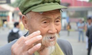 """<font size=""""2"""">""""Tôi đã diễn hơn 30 vai phụ rồi và mới chỉ được  nói hai câu thoại thôi. Đó là: """"Đừng giết tôi! Đừng giết tôi!""""- Ông già  Chen Jinxiang tâm sự khi tham gia vào """"chợ.... diễn viên"""". Khu """"chợ"""" này  xuất hiện bên ngoài các trường quay lớn ở Trung Quốc.</font>"""