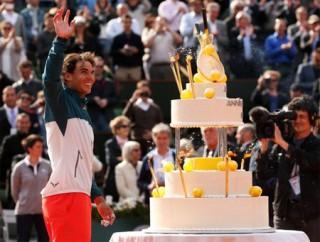 """<font size=""""2"""">3/6 là sinh nhật tuổi 27 của Rafael Nadal và anh  đã có một chiến thắng dễ dàng trước tay vợt người Nhật Bản, Nishikori  (6-4 6-1 6-3) để lọt vào vòng tứ kết. Đây cũng là chiến thắng tiêu tốn  ít mồ hôi nhất của Nadal kể từ đầu giải Roland Garros năm nay.</font>"""