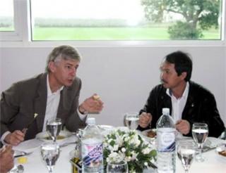 """<font size=""""2"""">Nếu bầu Đức thành công trong việc hợp tác với Chelsea  trong chuyến đi London vào tháng 10/2006, đội bóng với những ngôi sao  lớn như Torres, Lampard, Terry, Hazard... sẽ sang Việt Nam hè này thay  vì Arsenal.</font>"""