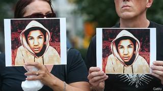 """<font size=""""2"""">Ngày 20/7, hàng nghìn người dân Mỹ lại xuống đường  biểu tình tại hơn 100 thành phố trên khắp nước Mỹ để phản đối phán  quyết tha bổng George Zimmerman trong vụ sát hại thanh niên da màu  Trayvon Martin.</font>"""
