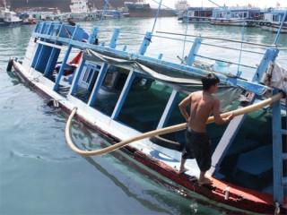 """<font size=""""2"""">Sáng 6-9, tại cảng du lịch Cầu Đá, TP  Nha Trang, Khánh Hòa, các đơn vị chức năng đang phối hợp với  chủ tàu trục vớt tàu du lịch KH0088 bị chìm vào rạng sáng  cùng ngày.</font>"""