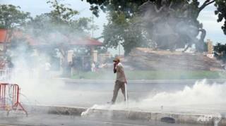 """<font size=""""2"""">Khoảng 20.000 người biểu tình ủng hộ đảng đối lập  chính tại Campuchia đã xuống đường biểu tình tại thủ đô Phnom Penh trong  ngày Chủ nhật, để phản đối kết quả bầu cử. Cảnh sát buộc phải dùng hơi  cay và vòi rồng để ngăn chặn những kẻ muốn xông vào cung điện.</font>"""