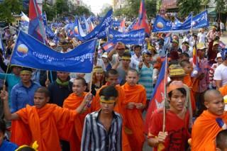 """<font size=""""2"""">Hàng nghìn người ủng hộ đảng đối lập ở Campuchia hôm  qua đổ ra đường, đụng độ với cảnh sát, để phản đối kết quả bầu cử và kêu  gọi tái kiểm phiếu. Ít nhất một người đã thiệt mạng. <br></font>"""