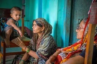 """<font size=""""2"""">""""Con phải làm gì bây giờ?"""", Punita Devi gọi điện cầu  cứu mẹ đẻ sau khi nhận được tin từ tòa án New Dehli. Chồng cô bị tuyên  án tử hình vì tham gia vụ hiếp dâm tập thể trên xe buýt tại thủ đô của  Ấn Độ năm ngoái.</font>"""