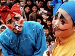 """<font size=""""2"""">Khi """"Far From Vietnam"""" được trình chiếu ở Mỹ trong  khuôn khổ Liên hoan phim New York năm 1967, phản ứng đối với bộ phim  rất trái ngược nhau: những tràng pháo tay vang lên bên cạnh những tiếng  la ó, chửi thề phản đối.</font>"""