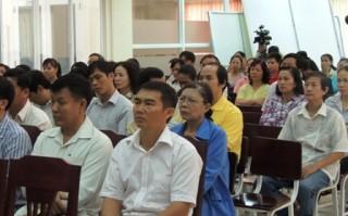 """<font size=""""2"""">Nhận thấy việc giáo dục con trẻ giữa nhà trường và  gia đình đôi khi bị """"vênh"""", bà giáo Đàm Lê Đức (năm nay 83 tuổi) thành  lập Câu lạc bộ Cha mẹ học sinh tại ngôi trường dạy thêm do mình sáng  lập.<a href=""""http://dantri.com.vn/giao-duc-khuyen-hoc/83-tuoi-van-say-dung-lop-737018.htm""""><b><br></b></a></font>"""