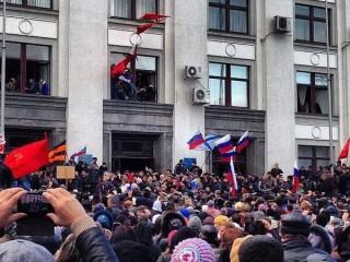 Người biểu tình chiếm tòa nhà chính quyền Lugansk ở Ukraine