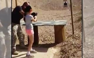 Vụ bé gái 9 tuổi vô tình bắn chết người gây xôn xao dư luận Mỹ