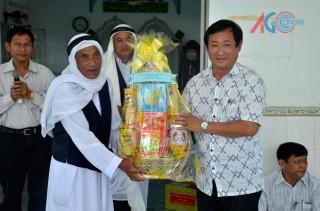 Thăm, tặng quà đồng bào dân tộc Chăm nhân lễ Roya Haji