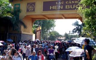 Hàng vạn người đổ về khu du lịch Đại Nam khiến giao thông tê liệt