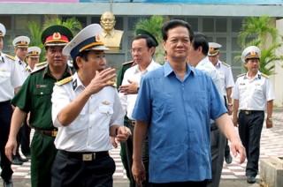 Thủ tướng thị sát, kiểm tra tiến độ đóng tàu tên lửa