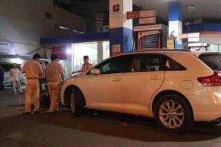 Ô tô đâm vào cây xăng, 2 người bị thương