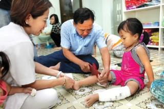 Trẻ bị xương thủy tinh: Uống cao xương cá sấu + vật lý trị liệu = chạy nhảy bình thường