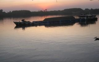 Cát tặc trên sông Đồng Nai: Đe dọa người dân thách thức chính quyền