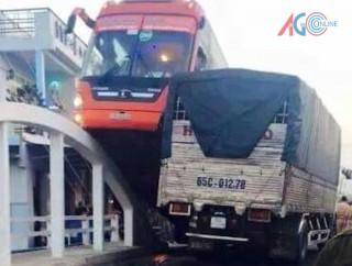 """Cần Thơ: Tai nạn hy hữu ... xe khách Phương Trang """"leo"""" lên thành cầu"""