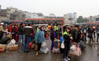 Bến xe, sân bay ken kín người về quê ăn Tết