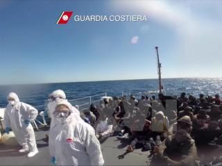 Italy lại cứu hơn 500 người di cư trái phép lênh đênh trên biển