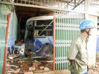 Xe khách mất lái đâm sập liên hoàn ba ngôi nhà ở Bình Phước