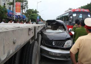 Ôtô 7 chỗ nát đầu, 3 người chết trên đường đi ăn cưới