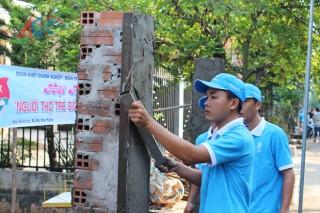 Thanh niên trổ tài xây dựng