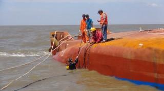 Nỗ lực tìm 2 nạn nhân còn mất tích trong vụ lật tàu